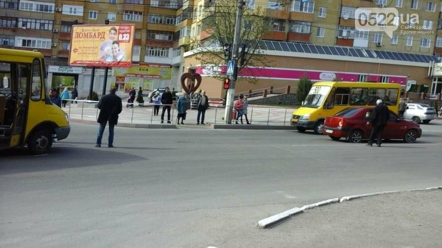 ДТП в Кропивницком: легковой автомобиль столкнулся с маршруткой ФОТО, фото-2