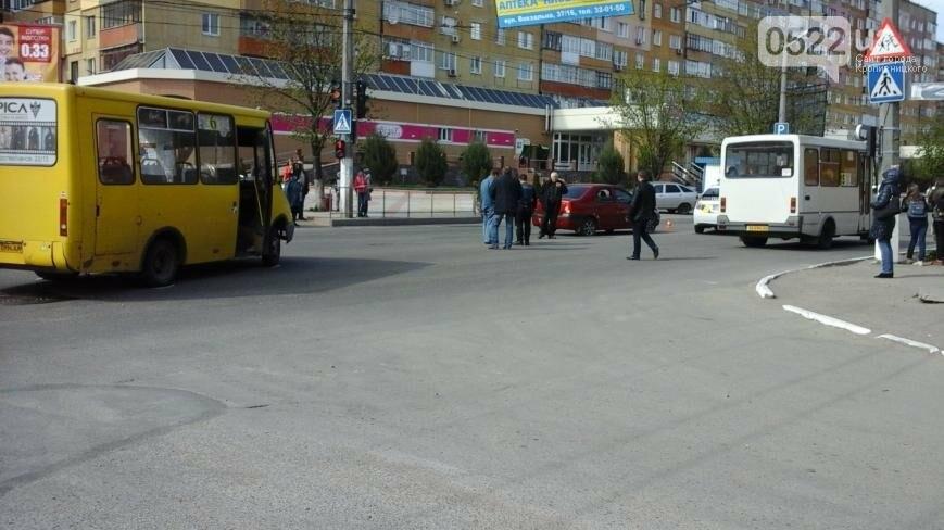 ДТП в Кропивницком: легковой автомобиль столкнулся с маршруткой ФОТО, фото-3