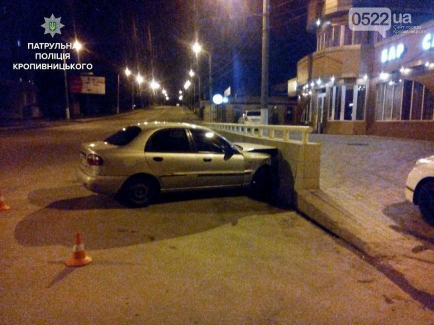 В Кропивницком легковушка врезалась в бетонный забор: пассажир госпитализирован в больницу ФОТО, фото-2