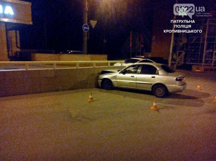 В Кропивницком легковушка врезалась в бетонный забор: пассажир госпитализирован в больницу ФОТО, фото-3
