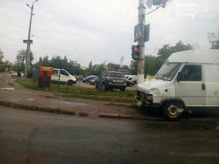 ДТП в Кропивницком: микроавтобус врезался в электроопору ФОТО, фото-2