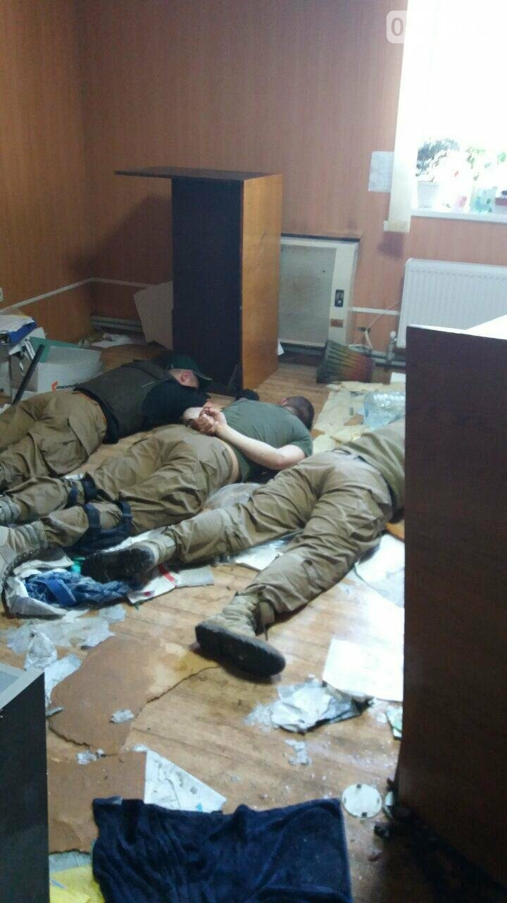 Працівники поліції з'ясовують обставини конфлікту, під час якого отримали дробові поранення троє осіб, фото-3