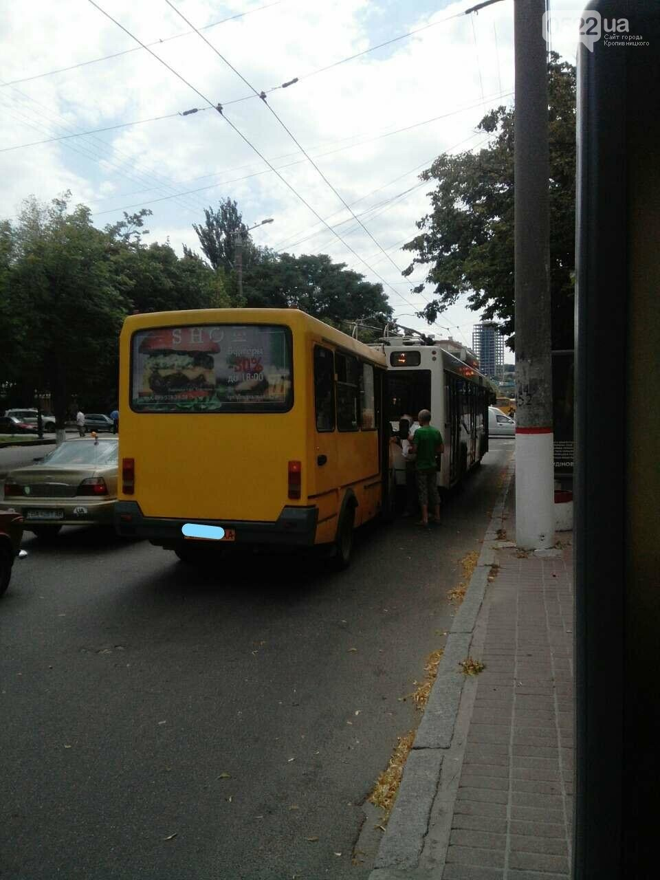 В Кропивницком маршрутка врезалась в троллейбус ФОТО, фото-1