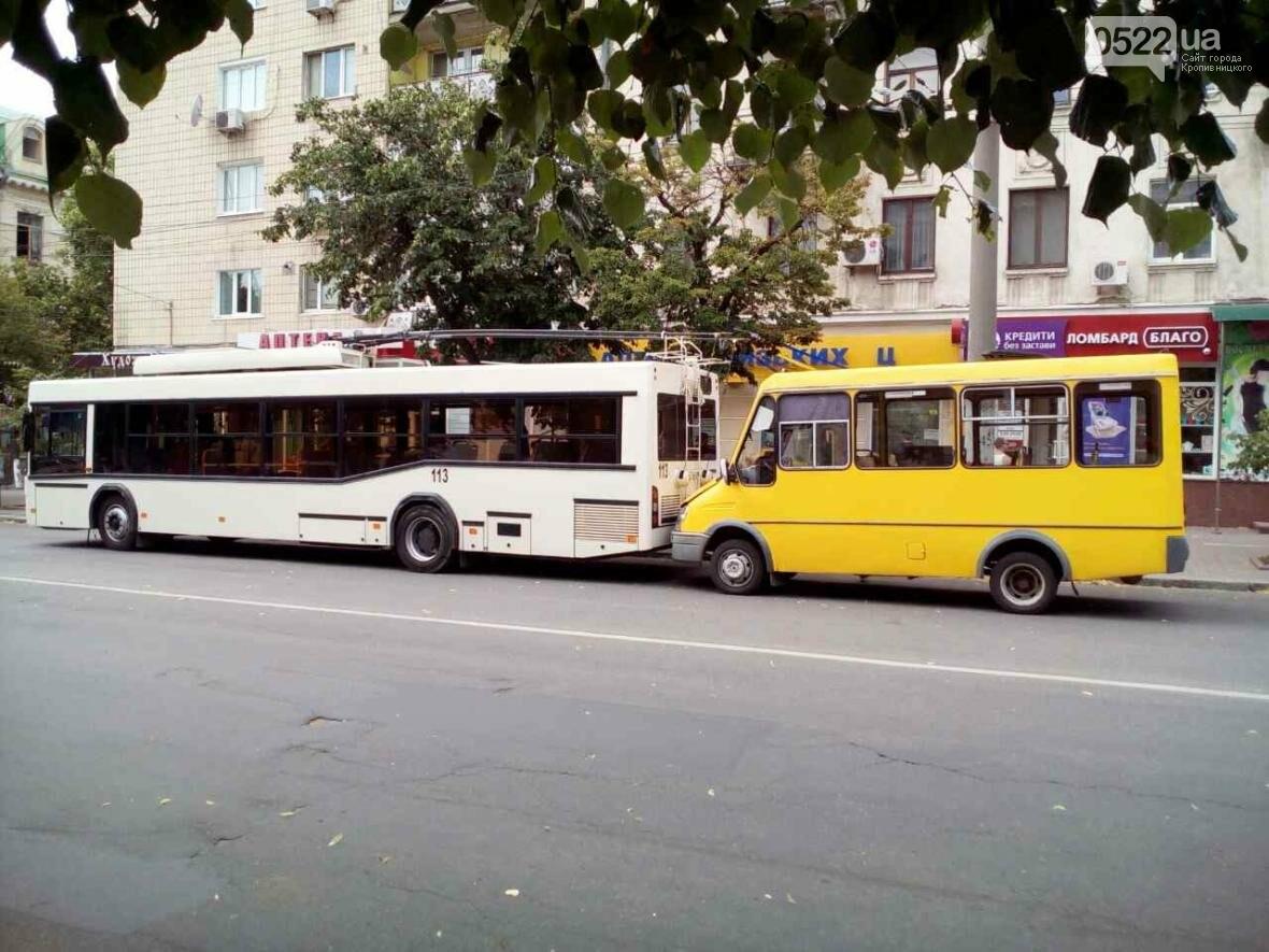 В Кропивницком маршрутка врезалась в троллейбус ФОТО, фото-4