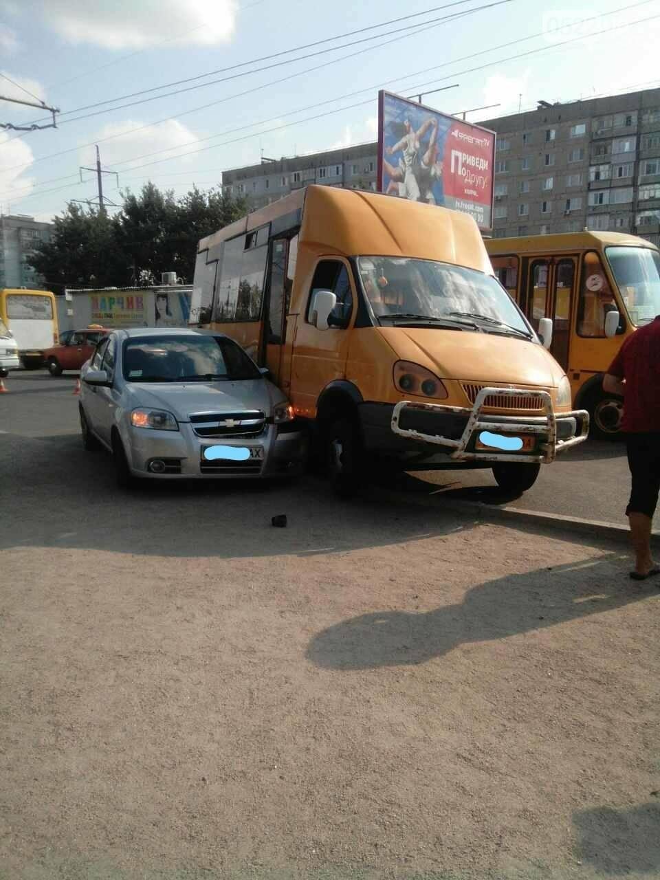 На Попова маршрутка столкнулась с легковым автомобилем. ФОТО, фото-2