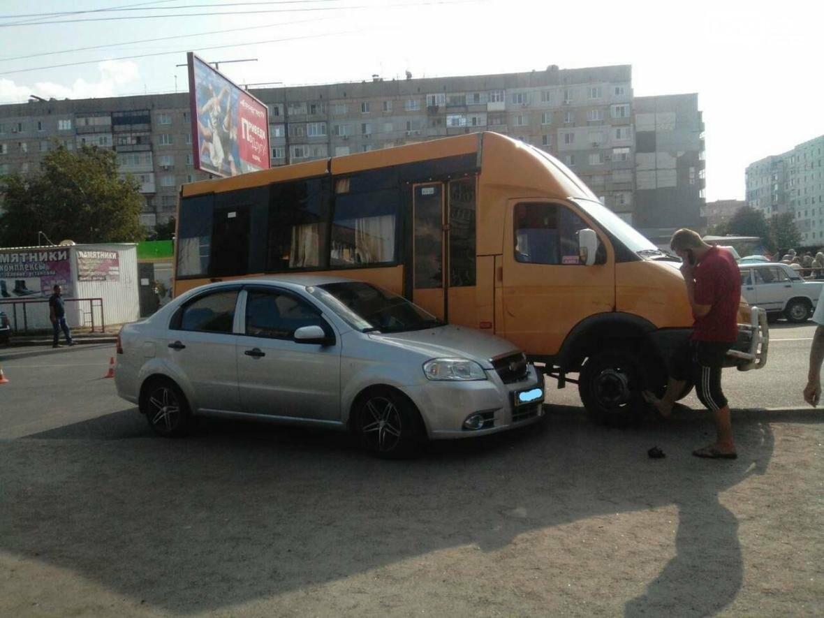 На Попова маршрутка столкнулась с легковым автомобилем. ФОТО, фото-3