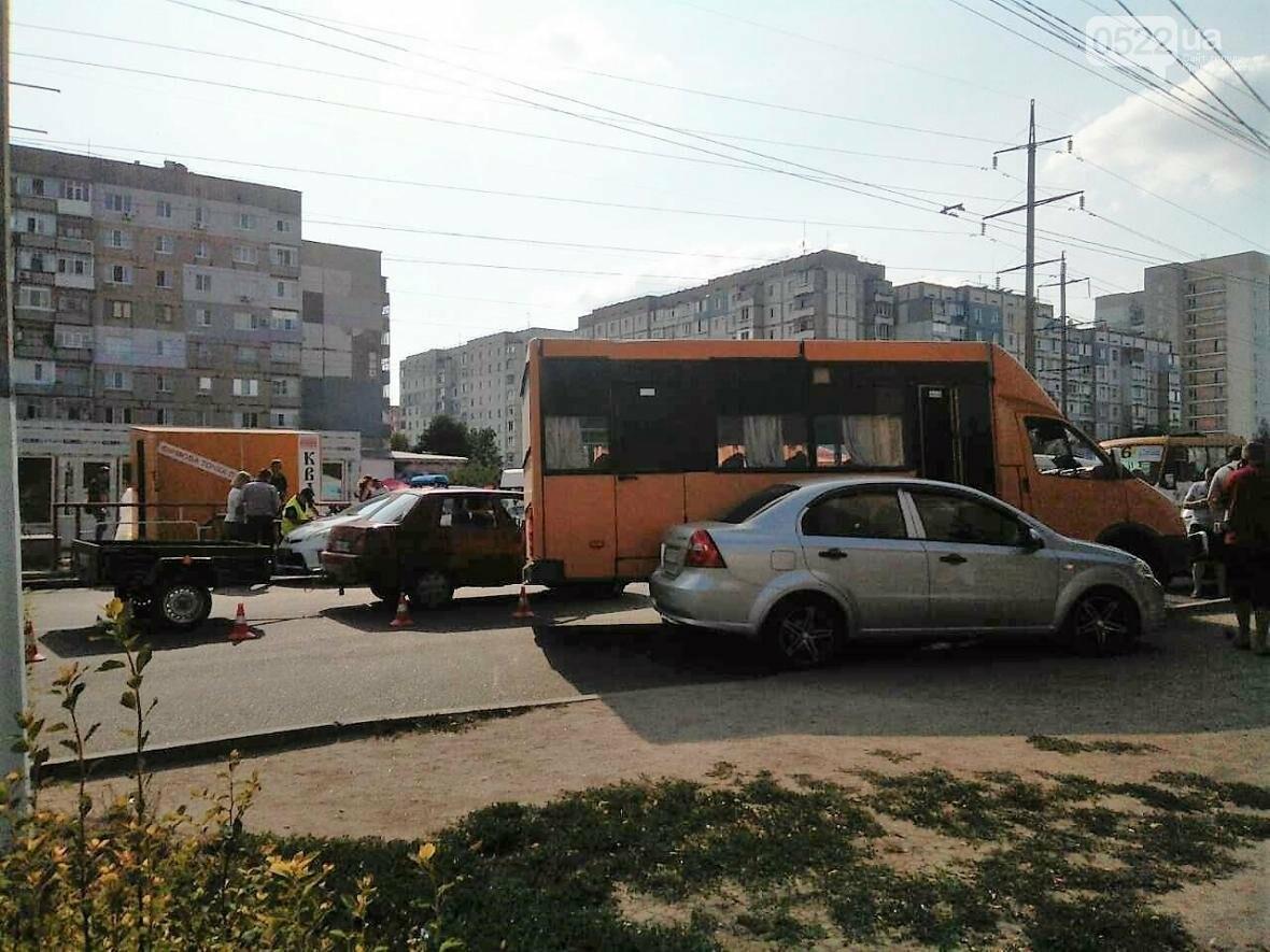 На Попова маршрутка столкнулась с легковым автомобилем. ФОТО, фото-1