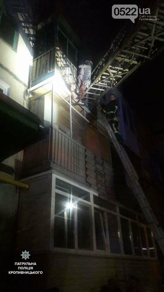 В Кропивницком женщина спасаясь от пожара чуть не упала с ребенком с высоты третьего этажа. ФОТО, фото-2