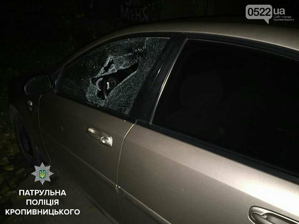 Патрульні поліцейські Кропивницького затримали чоловіка, причетного до пошкодження та проникнення у авто, фото-1