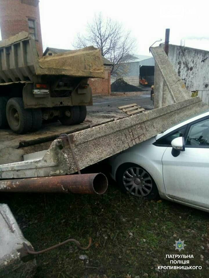 Нетверезий водій вантажівки пошкодив бетонну огорожу, після чого та впала на припаркований легковий автомобіль.ФОТО, фото-1