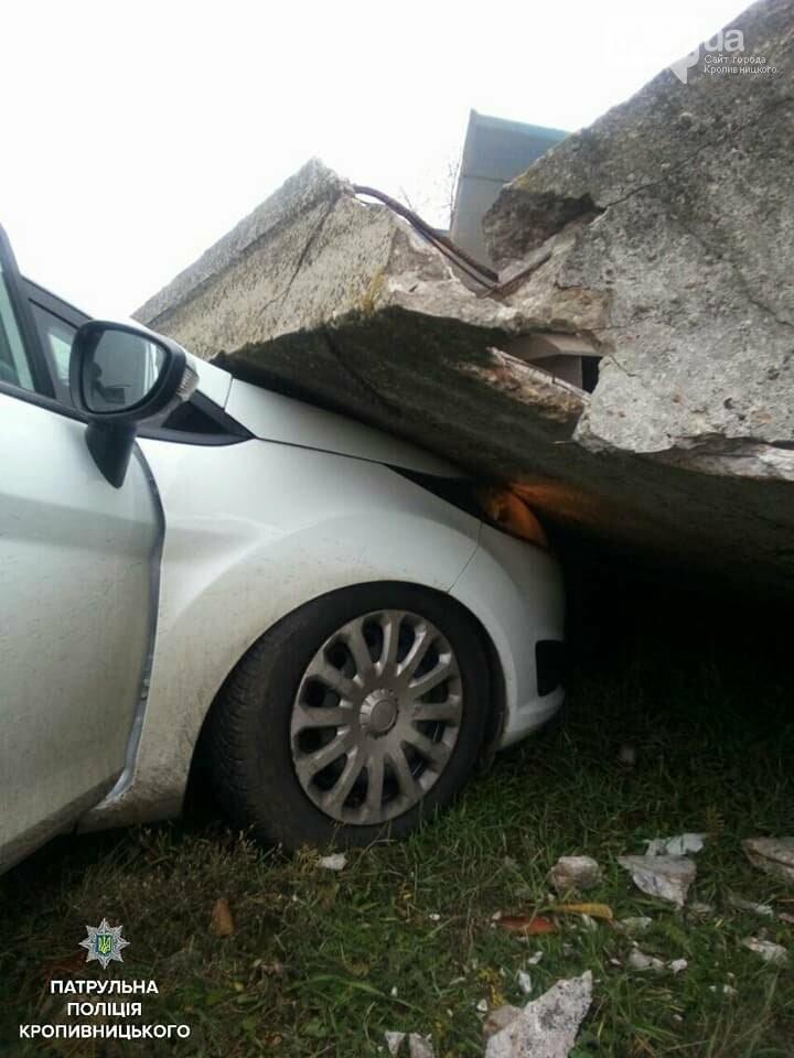 Нетверезий водій вантажівки пошкодив бетонну огорожу, після чого та впала на припаркований легковий автомобіль.ФОТО, фото-2