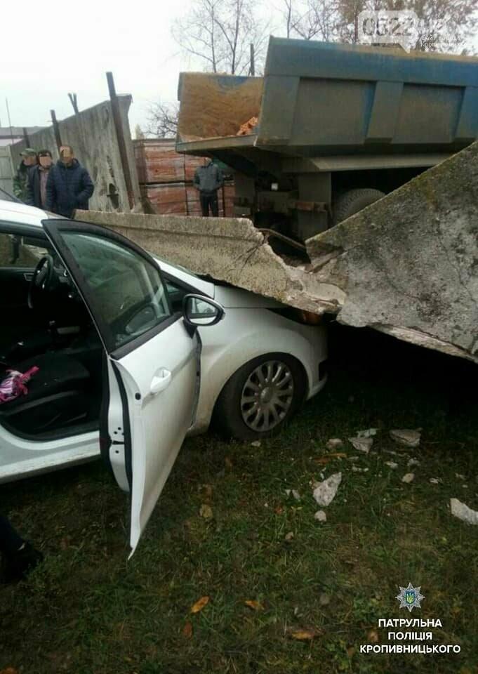 Нетверезий водій вантажівки пошкодив бетонну огорожу, після чого та впала на припаркований легковий автомобіль.ФОТО, фото-3