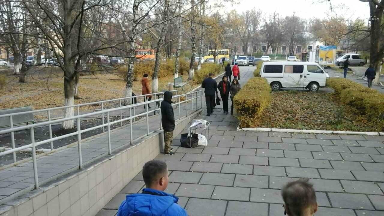 В Кропивницком торгуют копченным мясом без документов на территории больницы. ФОТО, фото-3