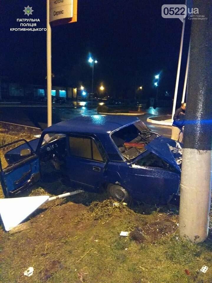 Пьяное ДТП в Кропивницком: автомобиль снес дорожный знак и врезался в электроопору. ФОТО, фото-1