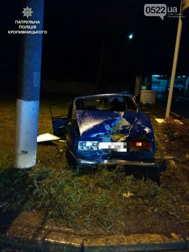 Пьяное ДТП в Кропивницком: автомобиль снес дорожный знак и врезался в электроопору. ФОТО, фото-2