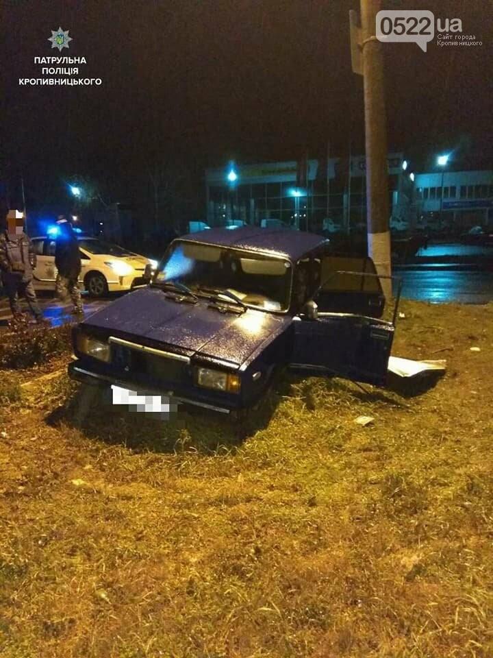 Пьяное ДТП в Кропивницком: автомобиль снес дорожный знак и врезался в электроопору. ФОТО, фото-4