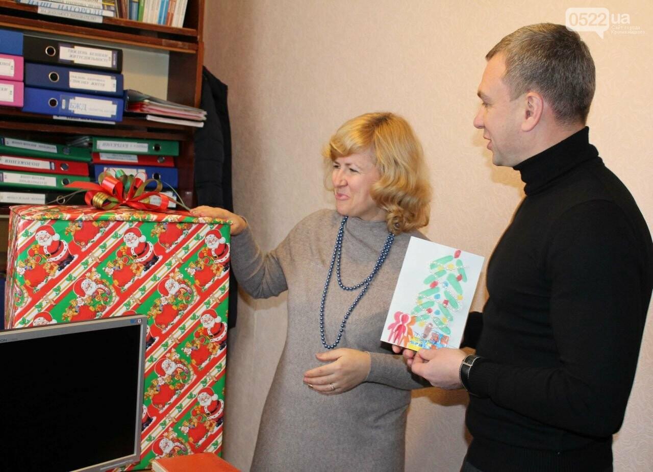 Поліцейські передали малятам із дитячого садочка подарунок від Святого Миколая, фото-1