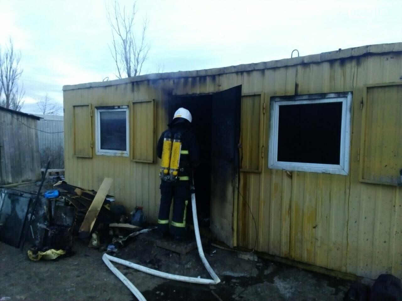 Новгородківський район: рятувальники приборкали пожежу в металевому вагончику, фото-1