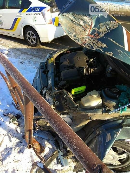 ДТП в Кропивницком: автомобиль протаранил другое авто и забор. ФОТО, фото-1
