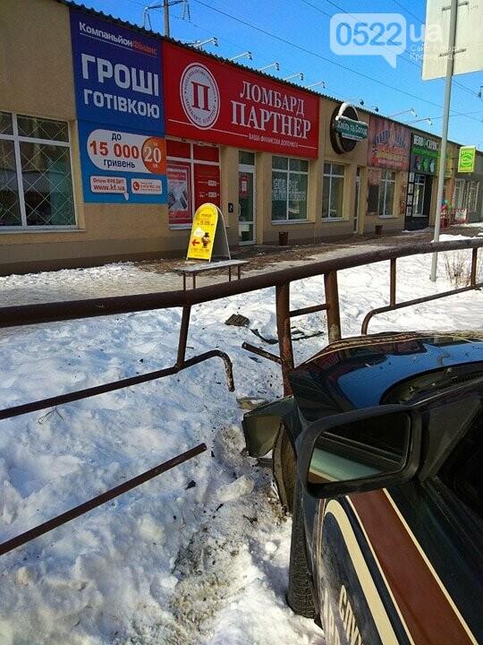 ДТП в Кропивницком: автомобиль протаранил другое авто и забор. ФОТО, фото-3