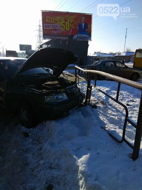 ДТП в Кропивницком: автомобиль протаранил другое авто и забор. ФОТО, фото-2