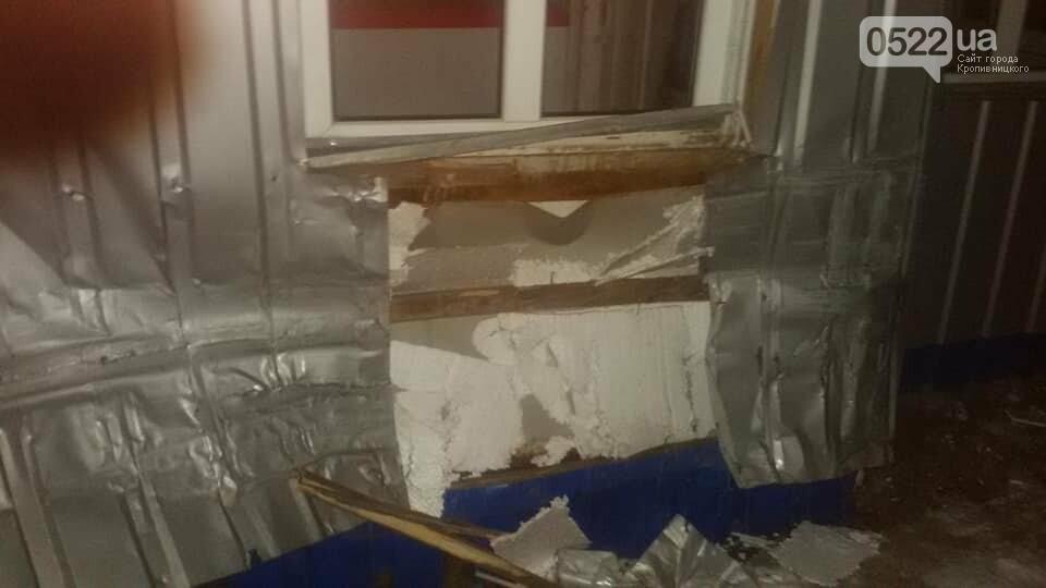 Ночное ДТП в Кропивницком: автомобиль вылетел на остановку и сбил iBox. ФОТО, фото-4