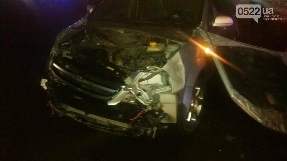 Ночное ДТП в Кропивницком: автомобиль вылетел на остановку и сбил iBox. ФОТО, фото-2