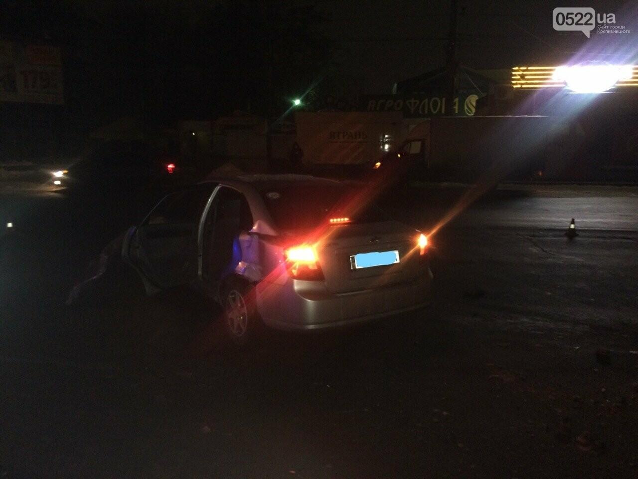 Ночное ДТП в Кропивницком: автомобиль вылетел на остановку и сбил iBox. ФОТО, фото-10