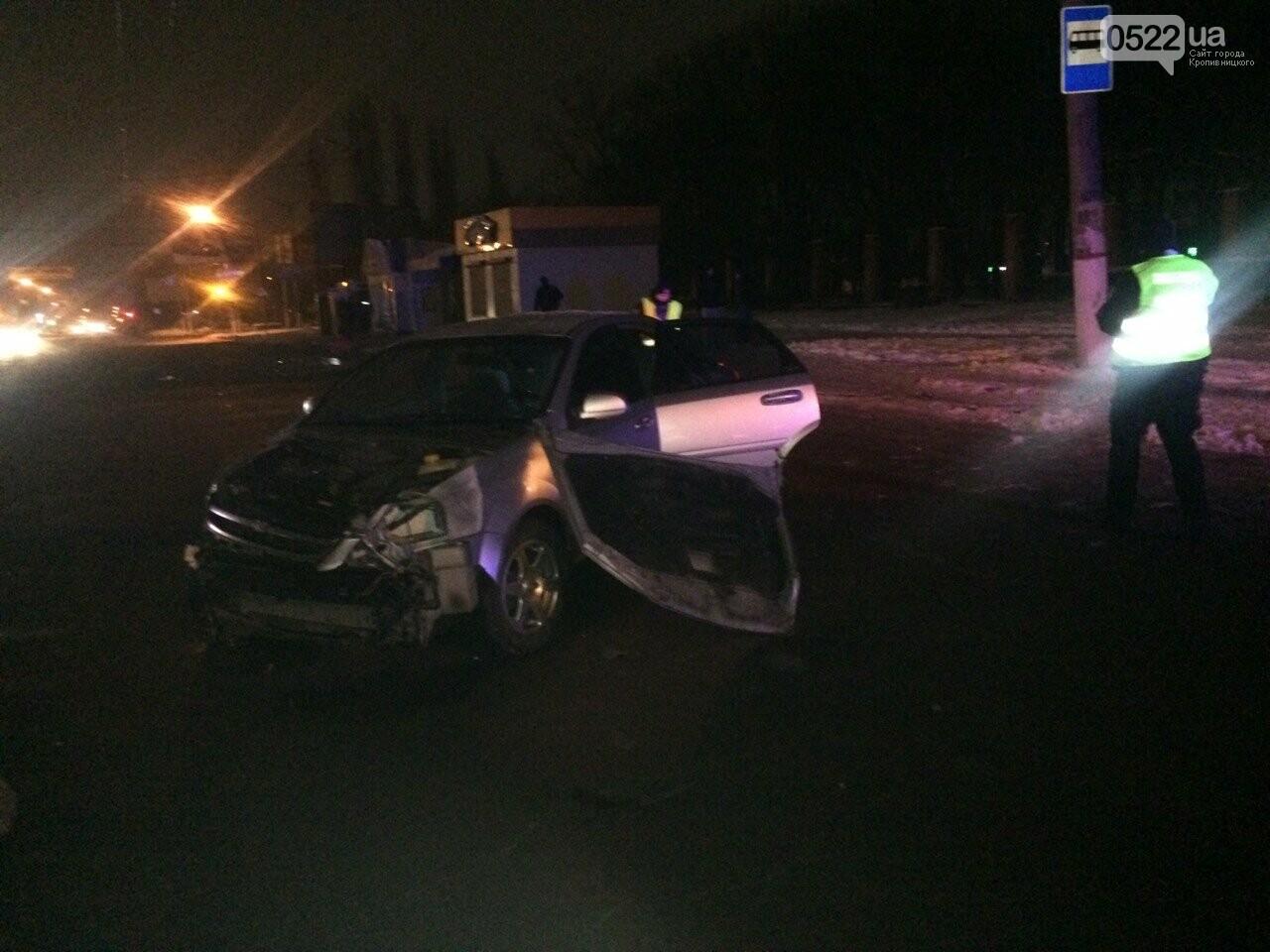 Ночное ДТП в Кропивницком: автомобиль вылетел на остановку и сбил iBox. ФОТО, фото-7