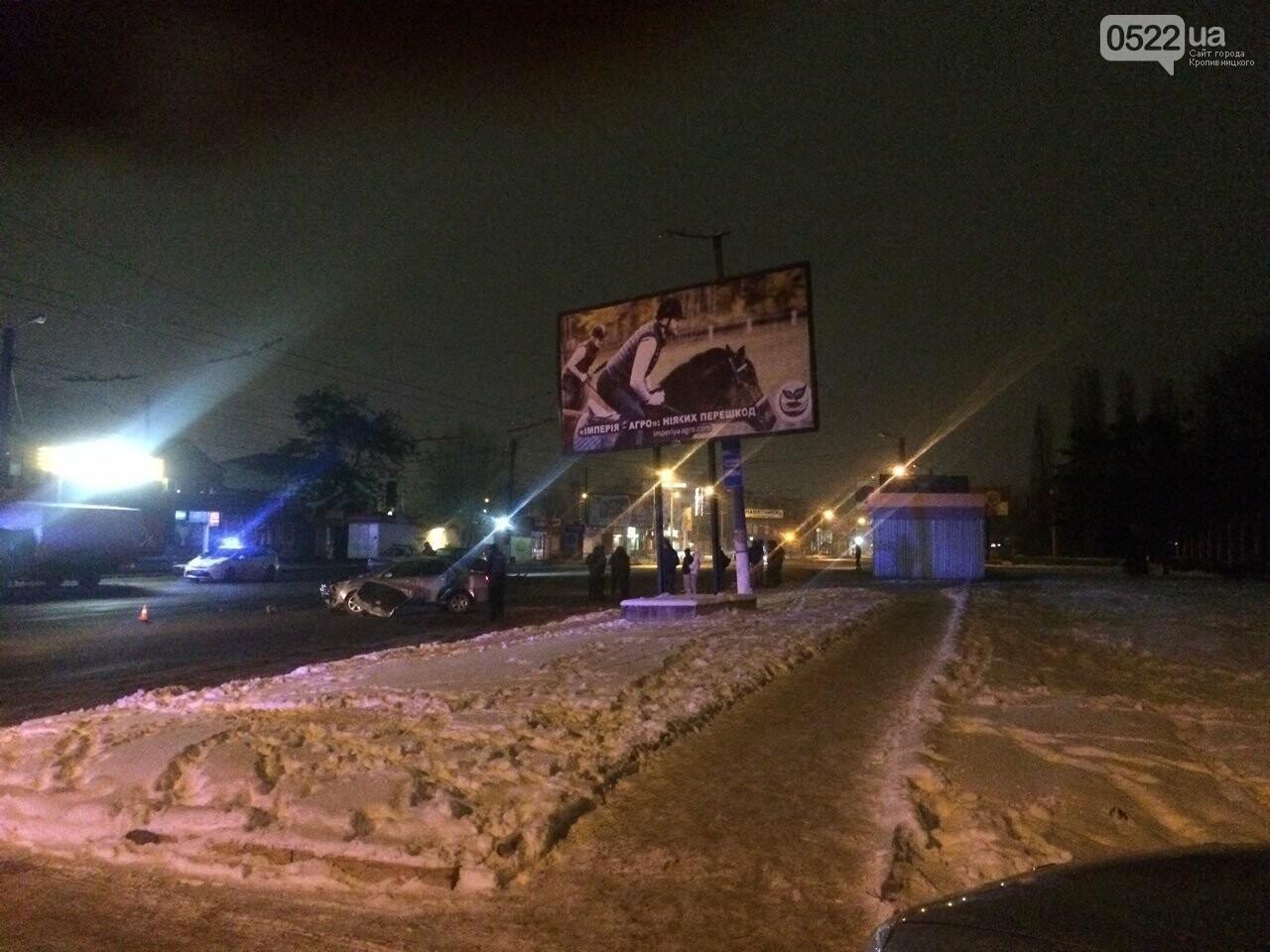 Ночное ДТП в Кропивницком: автомобиль вылетел на остановку и сбил iBox. ФОТО, фото-5