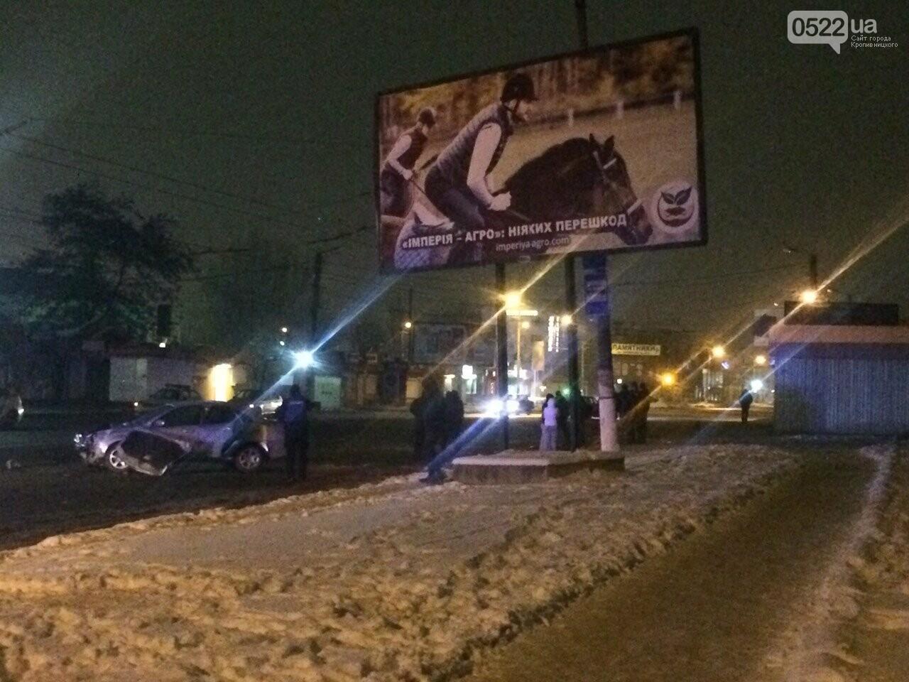 Ночное ДТП в Кропивницком: автомобиль вылетел на остановку и сбил iBox. ФОТО, фото-9