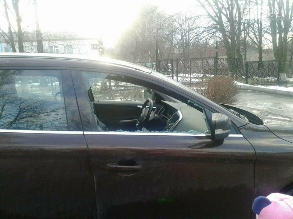 В иномарке разбили стекло и украли сумку. ФОТО, фото-1
