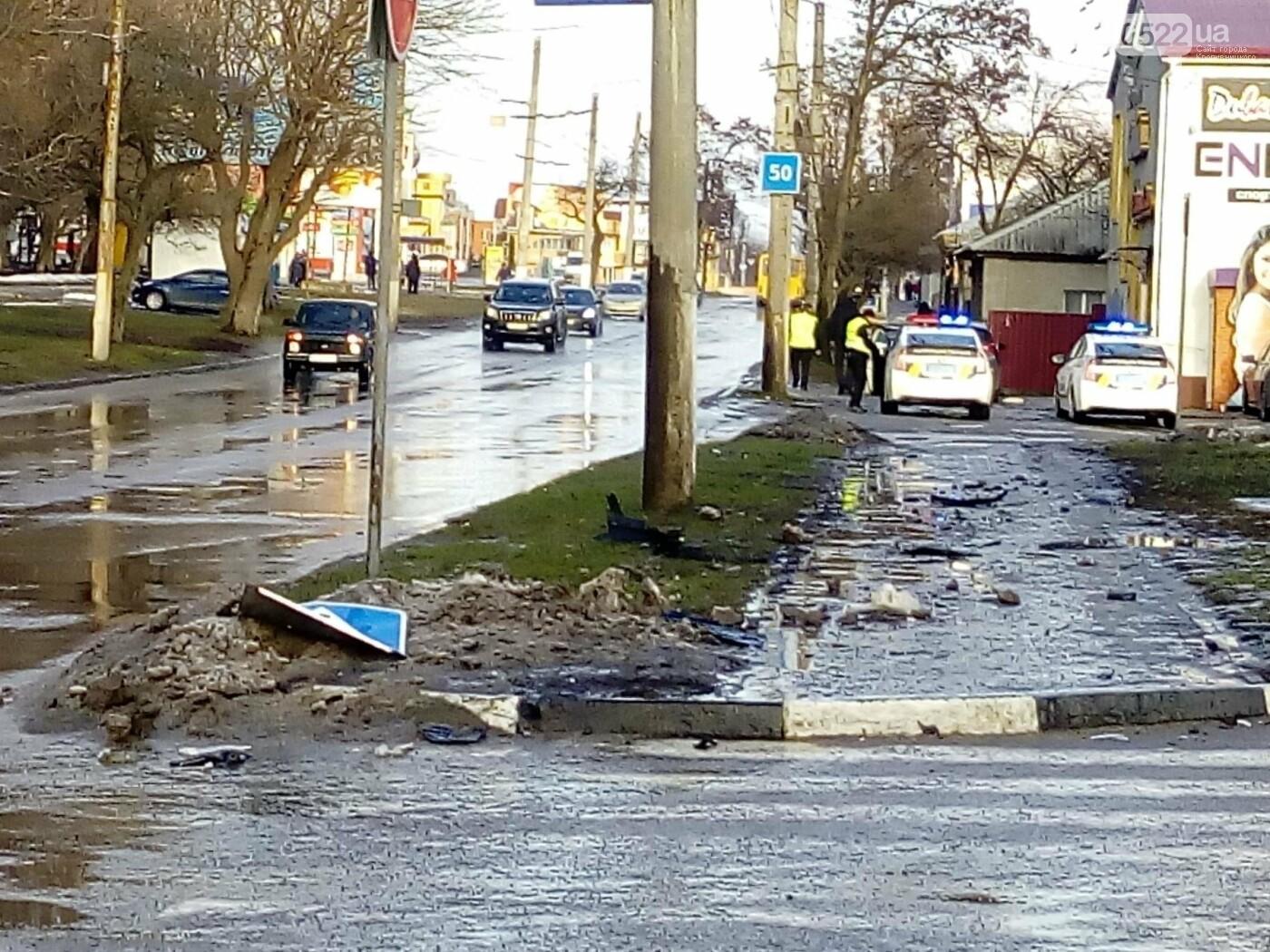 ДТП в Кропивницком: кроссовер сбил дорожный знак. ФОТО, фото-3