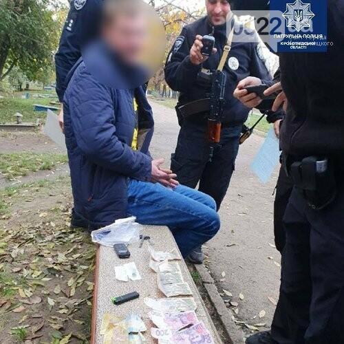 У Кропивницькому в 58-річного чоловіка біля супермаркету вирвали з рук барсетку, фото-1