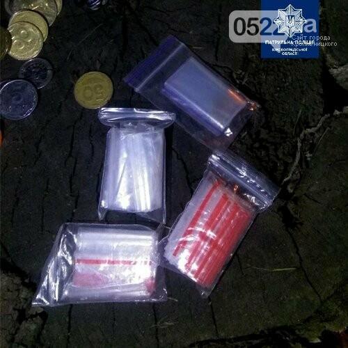 Підозріла поведінка видає порушників: у Кропивницькому поліцейські виявили осіб, які мали при собі, ймовірно, наркотичні речовини, фото-3