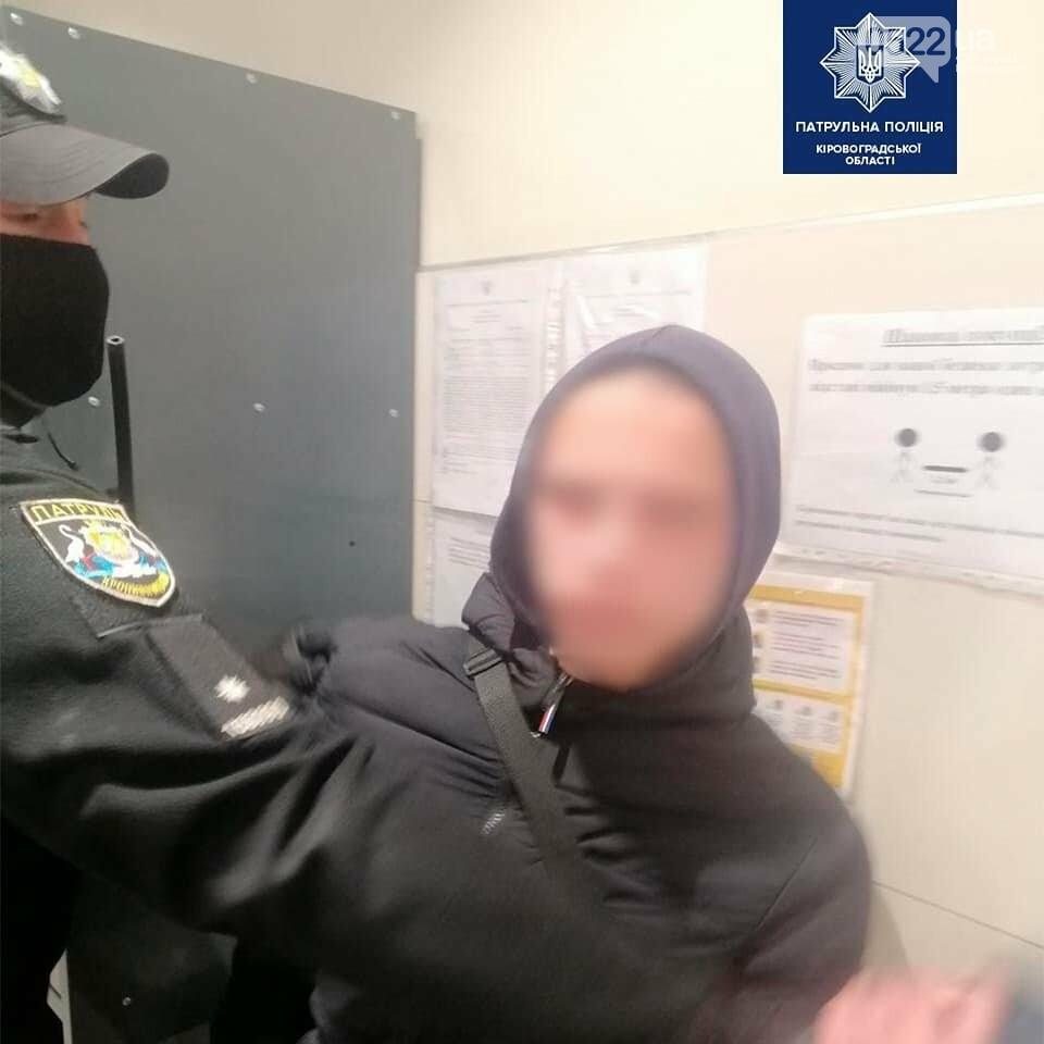 Кропивницький: Копи оперативно розшукали трьох хлопців, які розбили скляні двері місцевого магазину, фото-2