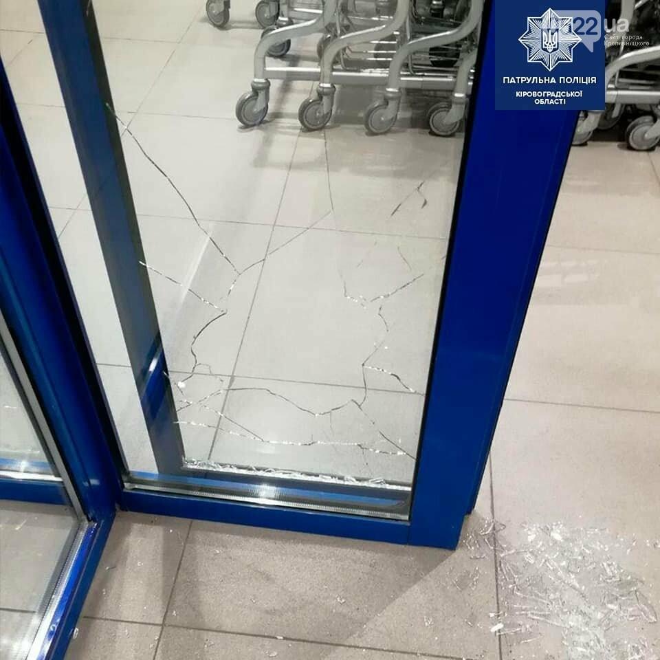 Кропивницький: Копи оперативно розшукали трьох хлопців, які розбили скляні двері місцевого магазину, фото-3