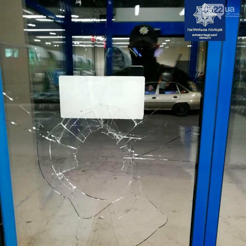 Кропивницький: Копи оперативно розшукали трьох хлопців, які розбили скляні двері місцевого магазину, фото-5