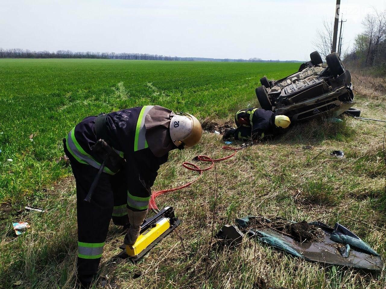 ДТП на Кіровоградщині: Рятувальники вивільнили чоловіка з автомобіля,, фото-1