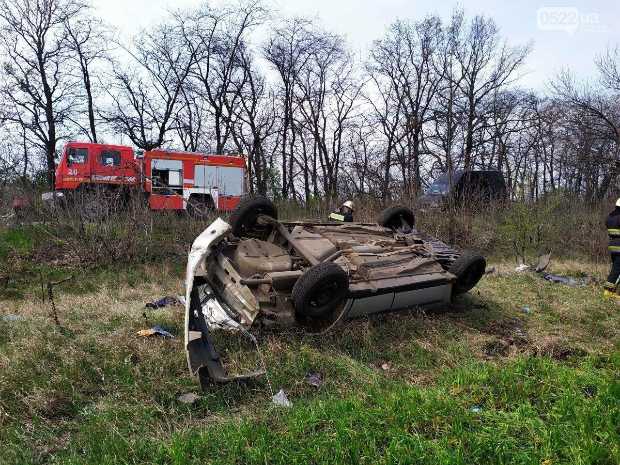 ДТП на Кіровоградщині: Рятувальники вивільнили чоловіка з автомобіля,, фото-2