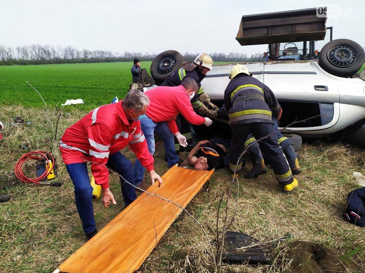 ДТП на Кіровоградщині: Рятувальники вивільнили чоловіка з автомобіля,, фото-3
