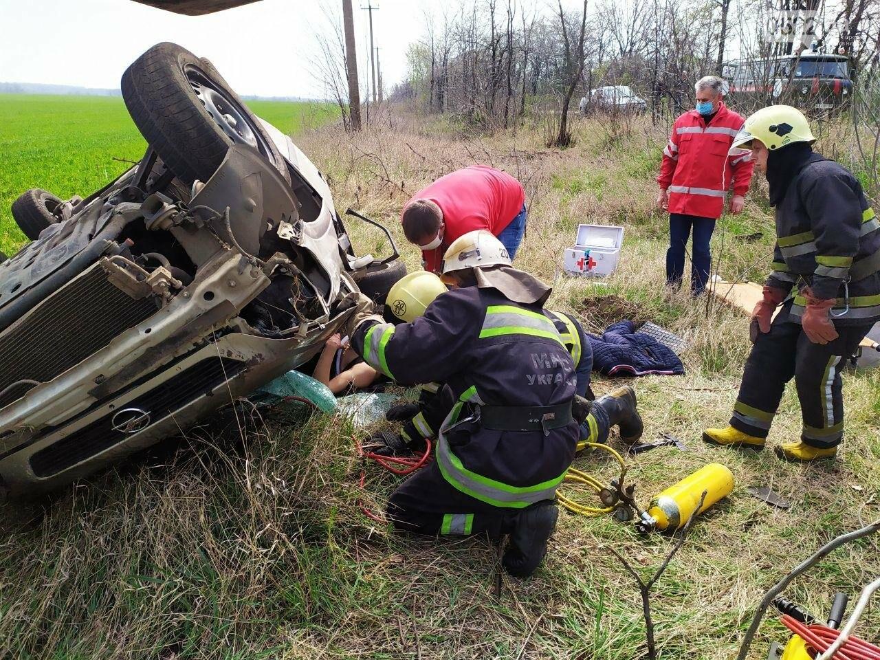 ДТП на Кіровоградщині: Рятувальники вивільнили чоловіка з автомобіля,, фото-4