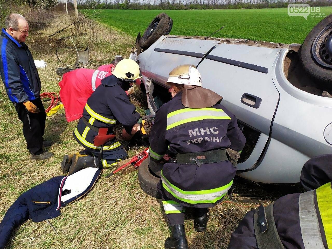 ДТП на Кіровоградщині: Рятувальники вивільнили чоловіка з автомобіля,, фото-5