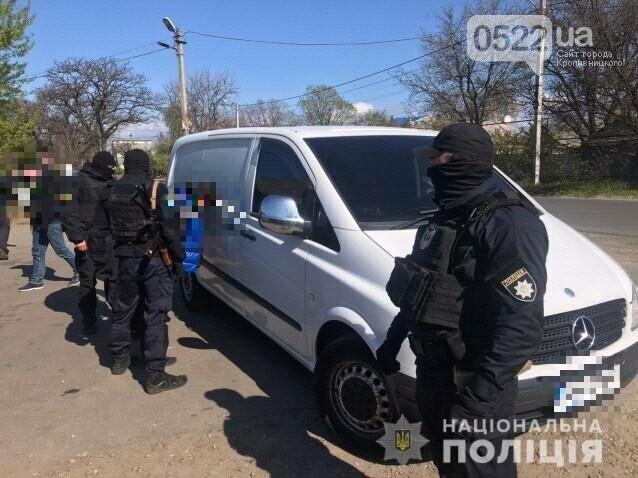 Копи Кіровоградщини затримали осіб, які відібрали у чоловіка майже мільйон доларів США, фото-2