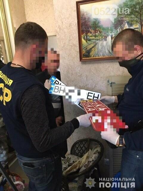 Копи Кіровоградщини затримали осіб, які відібрали у чоловіка майже мільйон доларів США, фото-9