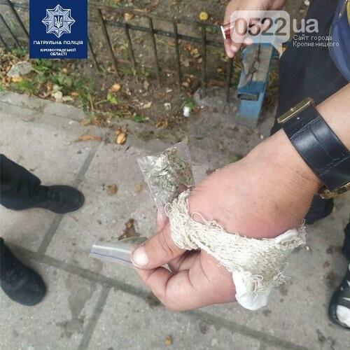У Кропвиницькому поліцейські затримали чоловіків, які мали при собі речовини, схожі на наркотичні, фото-2