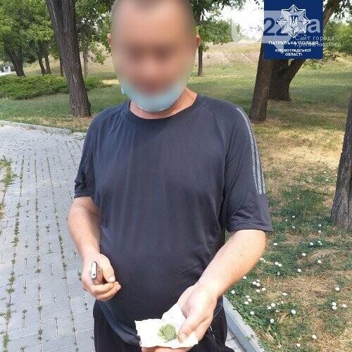 У Кропвиницькому поліцейські затримали чоловіків, які мали при собі речовини, схожі на наркотичні, фото-3