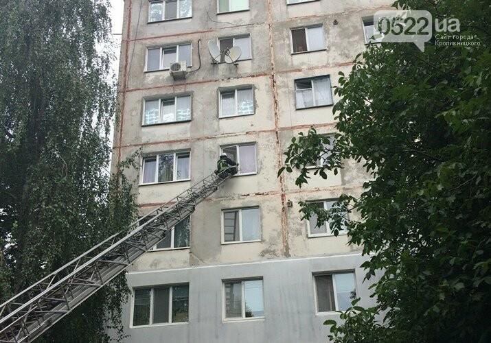 У Кропивницькому рятувальники через вікно потрапили до квартири, де перебувала хвора жінка, фото-1