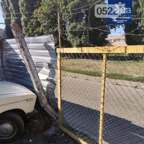 """У Кропивницькому чоловік влетів у паркан та поїхав """"заливати"""" горе, фото-2"""