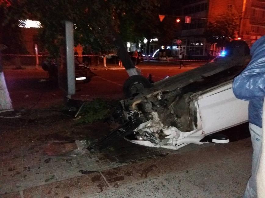 ДТП в центре Кропивницкого: одна из машин перевернулась в воздухе, снесла дерево и упала на прохожего (ФОТО), фото-1
